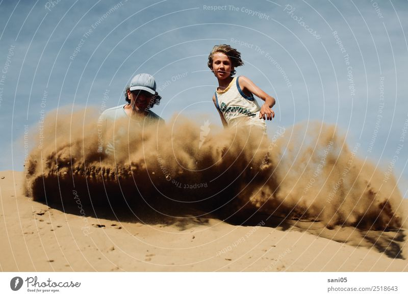sandig Kind Mensch Himmel Mann Sommer blau Sonne Erwachsene Leben Wärme Glück Junge Zusammensein braun Sand Horizont