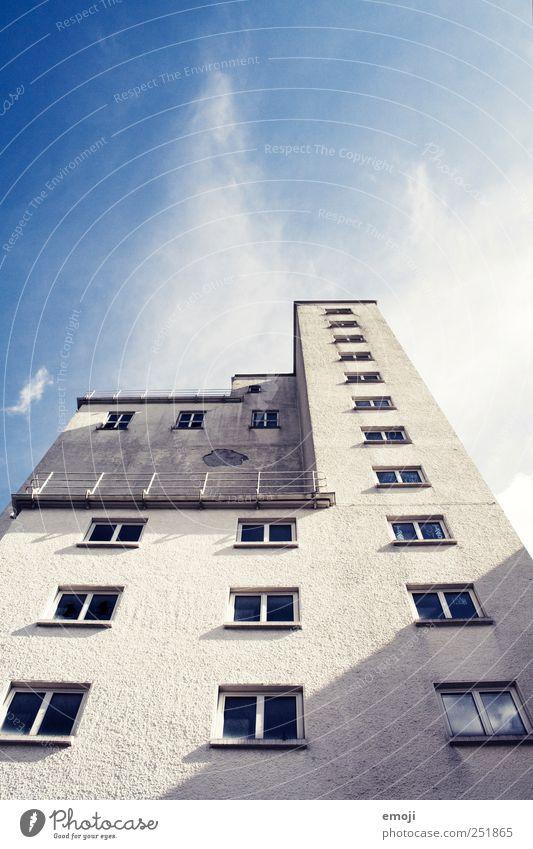 Himmelwächter Haus Hochhaus Industrieanlage Fabrik Bauwerk Mauer Wand Fassade Fenster blau grau Farbfoto Außenaufnahme Menschenleer Textfreiraum oben