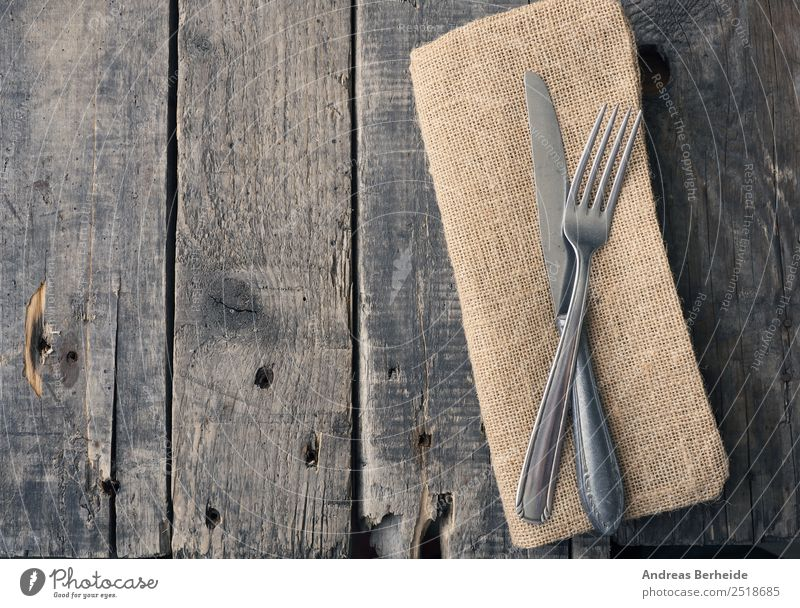 Altes Besteck auf einem Holztisch Mittagessen Festessen Messer Gabel Stil Restaurant alt retro antique Hintergrundbild black blank brown cloth copy cutlery