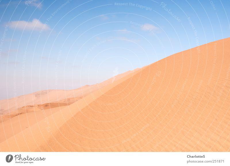 Dün(n)e Himmel blau Wolken gelb Sand Wärme Wellen gold wandern wild Klima Urelemente Wüste Unendlichkeit trocken Düne