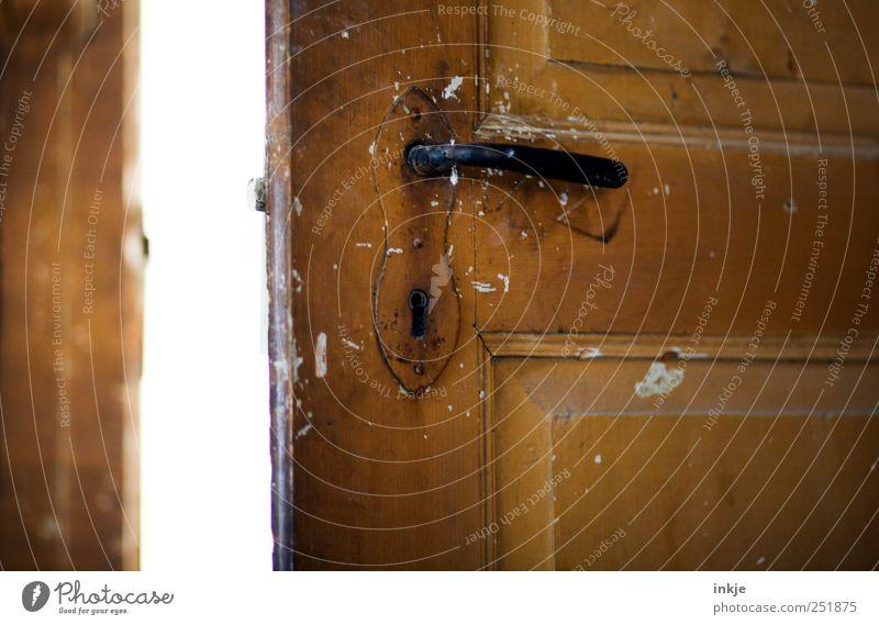 alte Holztür Tür Griff Türschloss dreckig hell braun schwarz weiß Stimmung Beginn entdecken Erwartung geheimnisvoll Neugier Ferne Verfall Vergänglichkeit