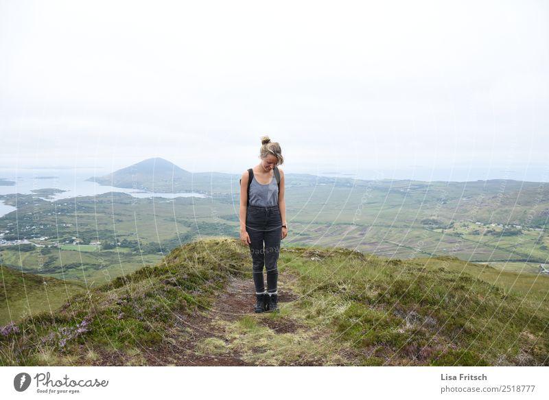 Connemara Nationalpark, Diamond Hill Aufstieg- Irland. Ferien & Urlaub & Reisen Tourismus Abenteuer Ferne Berge u. Gebirge wandern Frau Erwachsene 1 Mensch
