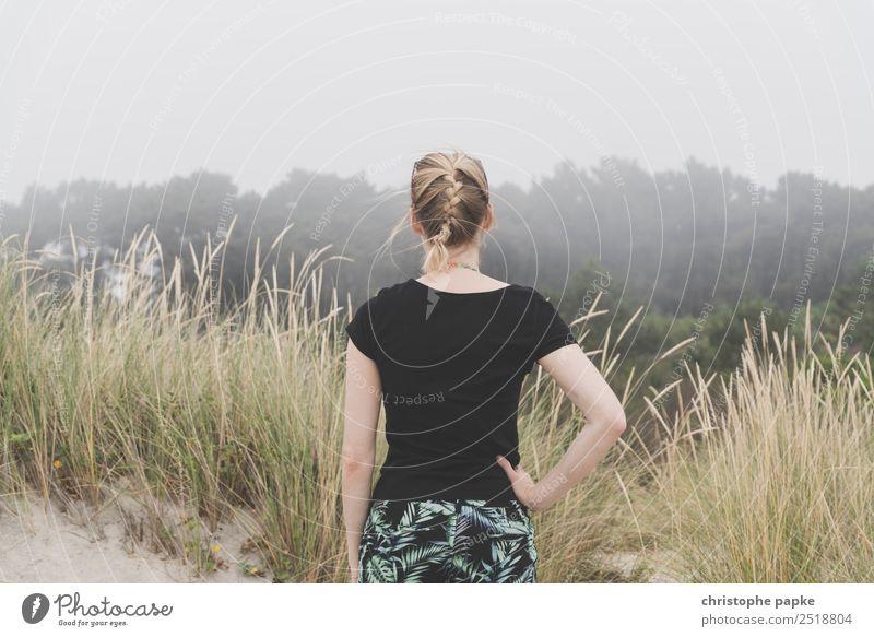 Rückansicht einer blonden Frau, die in nebelige Landschaft schaut Ferien & Urlaub & Reisen Abenteuer Ferne Erwachsene 1 Mensch 30-45 Jahre schlechtes Wetter