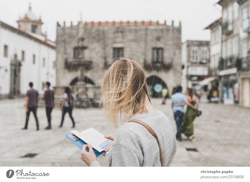 Lost in Viana do Castelo Mensch Ferien & Urlaub & Reisen Jugendliche Junge Frau Stadt Haus 18-30 Jahre Architektur Erwachsene Gebäude Tourismus Haare & Frisuren