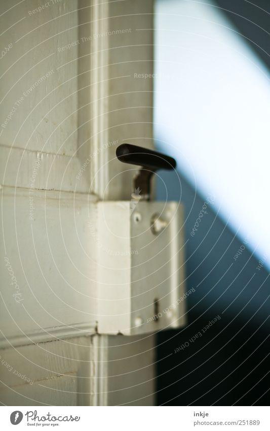 alte Holztür II Haus Tür Dach Dachboden Griff Türschloss Metall dunkel eckig kalt blau grau schwarz weiß Stimmung Beginn Erwartung Neugier Ferne Wege & Pfade