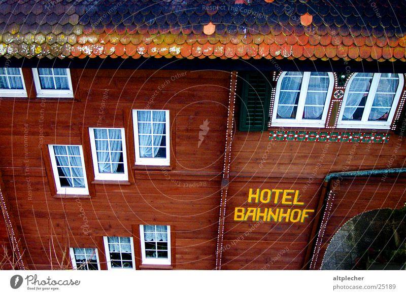 Hotel Bahnhof Fassade Fenster Holz Gardine Haus Architektur