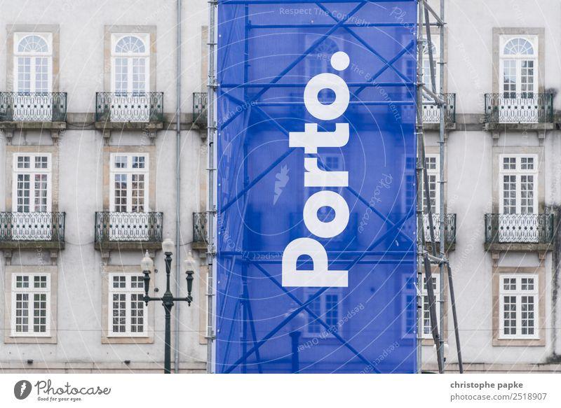 Banner saying Porto Ferien & Urlaub & Reisen Städtereise Portugal Stadt Hafenstadt Stadtzentrum Altstadt Menschenleer Haus Fassade Zeichen Schriftzeichen