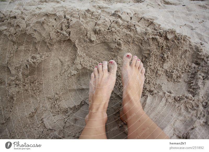 Patschefüße im Sand Mensch Frau Sommer Strand Erwachsene Sand Beine Fuß