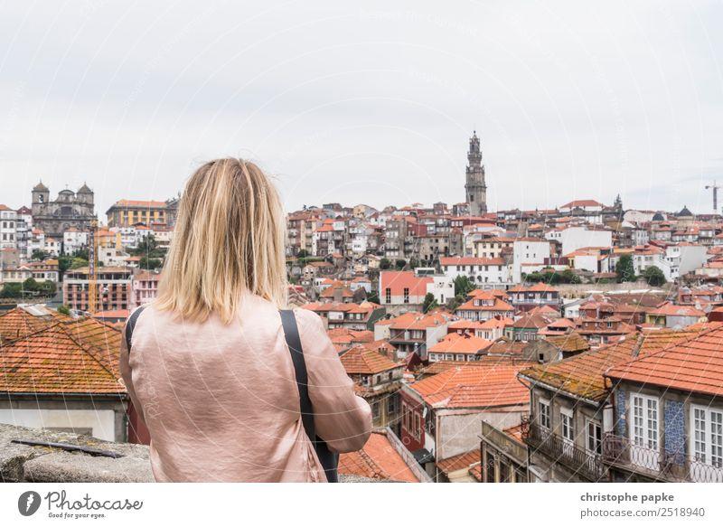 Blick auf Porto Mensch Ferien & Urlaub & Reisen Jugendliche Junge Frau Stadt Haus Erwachsene Wand feminin Mauer Haare & Frisuren Ausflug blond historisch Dach