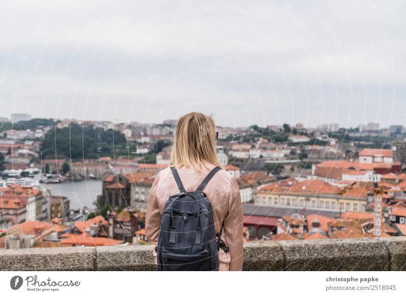 Blick über Porto Mensch Ferien & Urlaub & Reisen Jugendliche Junge Frau Sommer Stadt Haus Erwachsene Wand feminin Gebäude Mauer Ausflug Aussicht blond