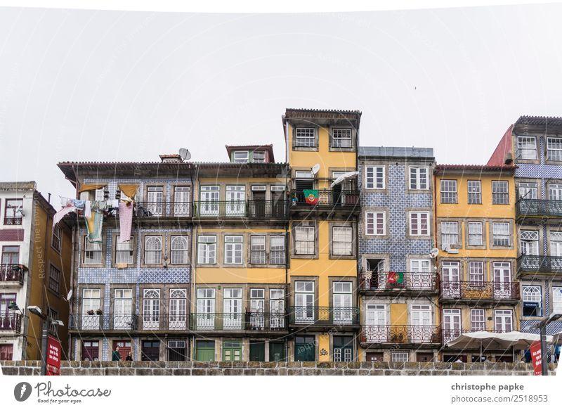 Häuser am Douro Porto Stadt Hafenstadt Stadtzentrum Altstadt Haus Mauer Wand Fassade Balkon Fenster Sehenswürdigkeit Wahrzeichen alt historisch