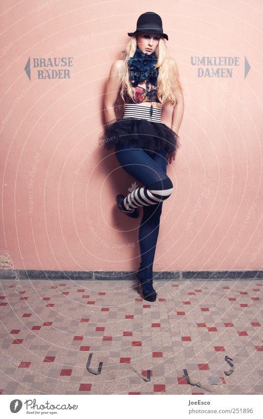 #251896 Stil Frau Erwachsene Leben Mode Rock Strümpfe Strumpfhose Accessoire Hut blond langhaarig beobachten Kommunizieren stehen warten trendy einzigartig