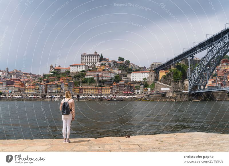Blick auf Porto Mensch Ferien & Urlaub & Reisen Jugendliche Junge Frau Sommer Stadt Haus Erwachsene Gebäude Tourismus blond stehen Brücke Sehenswürdigkeit