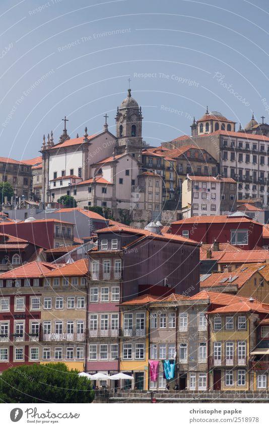 Porto Ferien & Urlaub & Reisen Ausflug Sommer Sommerurlaub Haus Wolkenloser Himmel Schönes Wetter Portugal Stadt Stadtzentrum Altstadt Skyline Kirche Fassade