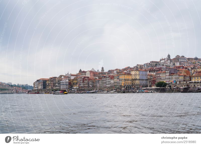 Porto und Douro Ferien & Urlaub & Reisen Sightseeing Städtereise Sommer Stadt Hafenstadt Stadtzentrum Stadtrand Altstadt Skyline Menschenleer Haus Gebäude