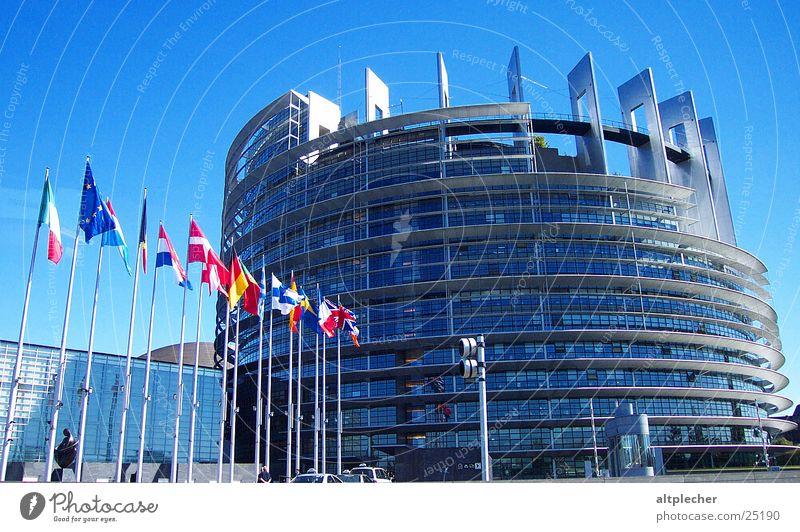 EU-Richt-Linien Gebäude Architektur Glas Beton Europa modern Fahne Frankreich Straßburg Elsass