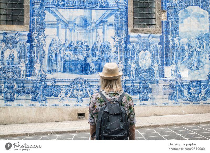 Rückansicht einer Frau, die auf Azulejos in Porto schaut Ferien & Urlaub & Reisen Tourismus Ausflug Städtereise Sommer Sommerurlaub Junge Frau Jugendliche 1