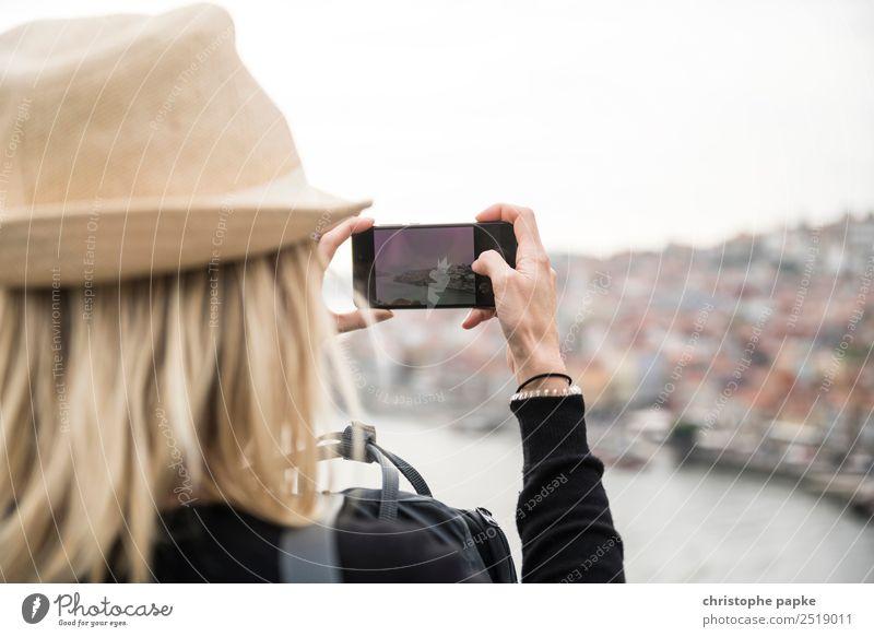 Blonde frau fotografiert mit Smartphone Porto Freizeit & Hobby Ferien & Urlaub & Reisen Tourismus Sightseeing Städtereise Frau Erwachsene 1 Mensch 30-45 Jahre