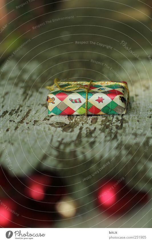 Weihnachtspackerl Wohnung Dekoration & Verzierung Feste & Feiern Kitsch Krimskrams glänzend liegen schön mehrfarbig gold rot Paket Kugel Holz verwittert