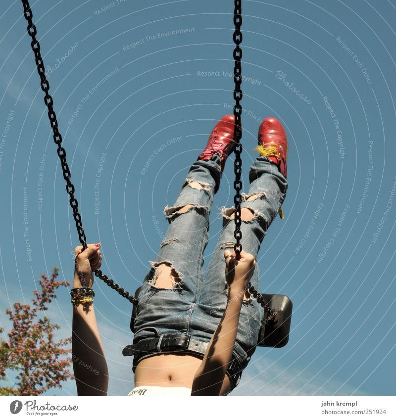 und her Mensch Jugendliche blau Ferien & Urlaub & Reisen rot feminin Junge Frau Beine kaputt Coolness 13-18 Jahre Jeanshose Mut Lebensfreude Stiefel trendy