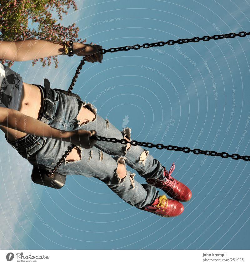 hin feminin Junge Frau Jugendliche Bauch Beine 1 Mensch Jeanshose Stiefel schaukeln Glück rebellisch trashig verrückt blau rot Lebensfreude Coolness Optimismus