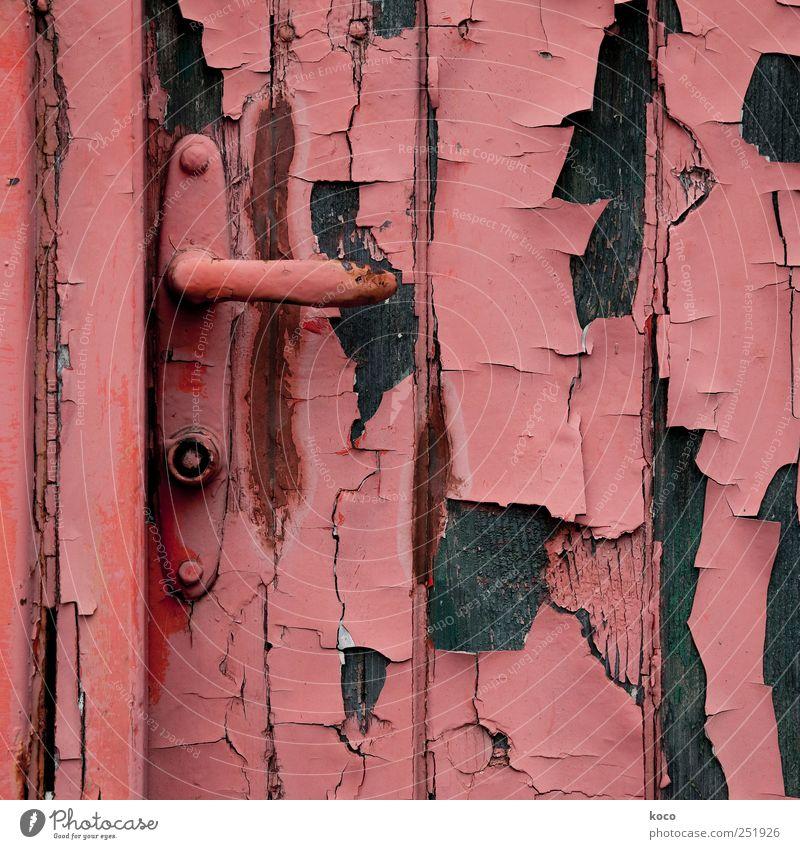 Hintertür Hütte Ruine Gebäude Tür Türschloss Holz Metall Rost alt kaputt trashig braun rot schwarz Vergangenheit Vergänglichkeit Zerstörung Farbe Farbfoto