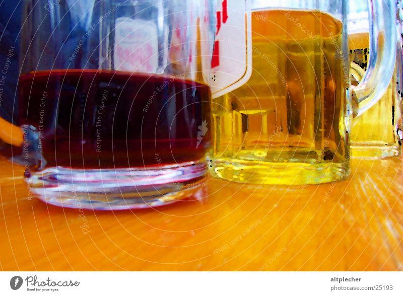 Wein auf Bier Rotwein Holztisch trinken Getränk Alkohol Glas nebeneinander Detailaufnahme Nahaufnahme Tragegriff halbvoll Bierglas