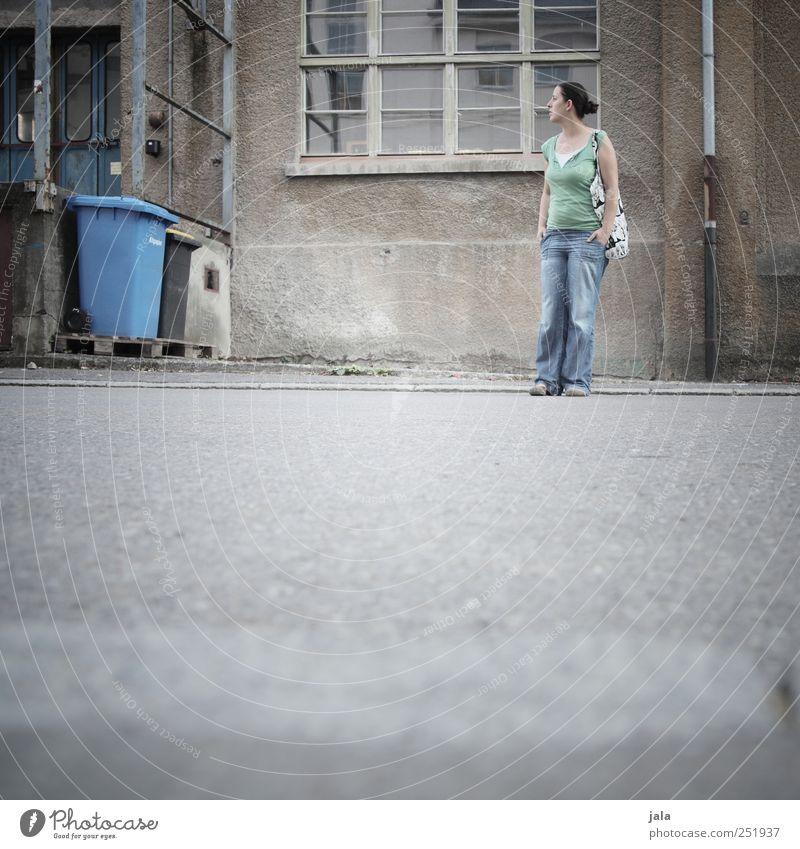 CHAMANSÜLZ | warteposition Mensch Frau Erwachsene 1 30-45 Jahre Haus Bauwerk Gebäude Mauer Wand Fassade Fenster Tür Straße Wege & Pfade Blick stehen trist Stadt