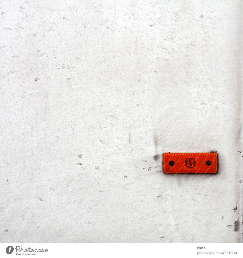 Kleine Leuchte Lampe PKW Metall dreckig rot weiß Autozubehör Warnfarbe befestigen Zweck Funktion scheckig Karosserie KFZ Rechteck angestoßen verbraucht