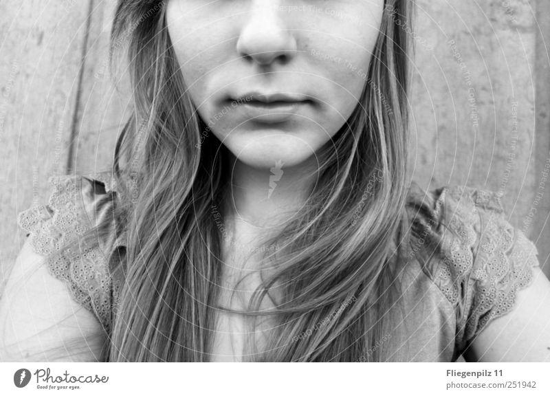 halb... Mensch Jugendliche schön ruhig Gesicht feminin Kopf Gefühle Haare & Frisuren Erwachsene Zufriedenheit blond Nase T-Shirt außergewöhnlich Lippen
