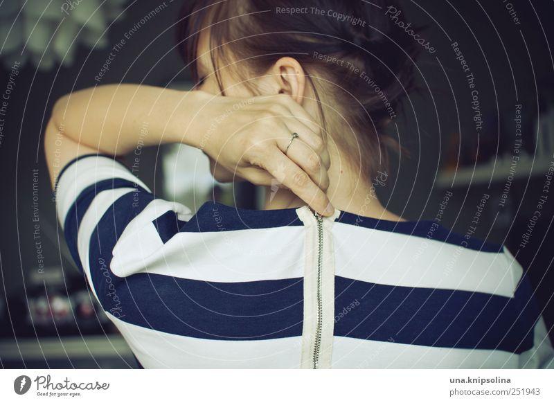 33 elegant Design feminin Junge Frau Jugendliche Erwachsene 1 Mensch 18-30 Jahre Mode Bekleidung Kleid Ring brünett Reißverschluss festhalten machen schön blau