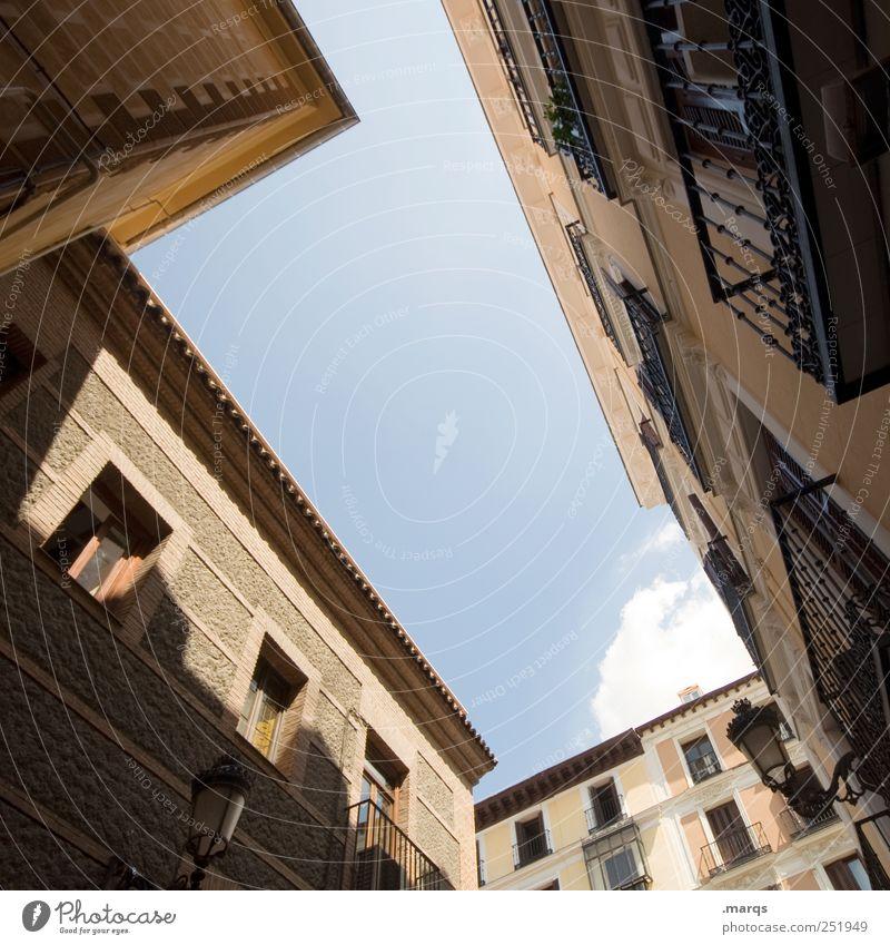 Spanische Dörfer Barcelona Spanien Fassade Häusliches Leben Hinterhof Innenhof aufstrebend himmelwärts Gebäude Immobilienmarkt Perspektive Altbau Farbfoto