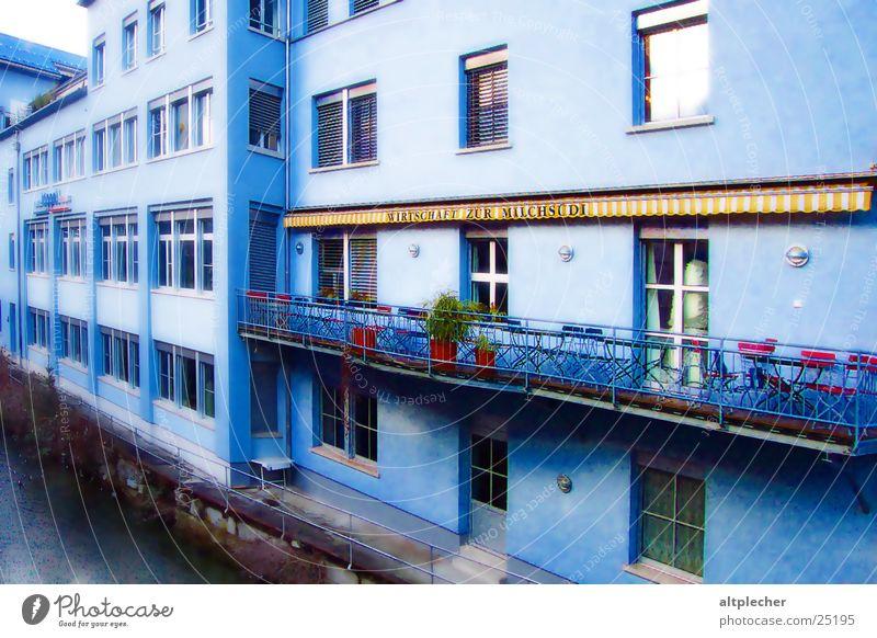 Blauhaus Haus Balkon Gastwirtschaft Fenster Architektur blau Einsamkeit