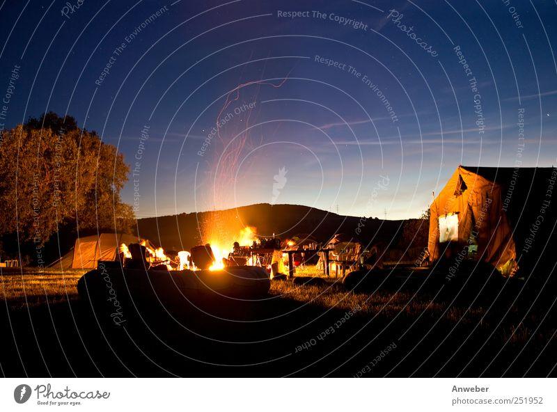 Lagerfeuerromantik Mensch Himmel Natur schön Ferien & Urlaub & Reisen Sommer Freude Erholung Umwelt Freiheit Freundschaft Stimmung Beleuchtung Wasserfahrzeug