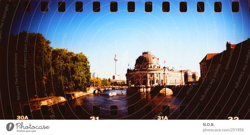 Berlin in der Mitte blau Ferien & Urlaub & Reisen Architektur gold ästhetisch Brücke Bauwerk entdecken Wahrzeichen Museum Stadtzentrum Sightseeing Hauptstadt