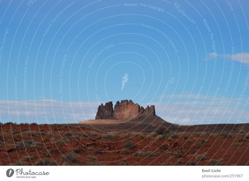 Fels in rotem Sand Natur Landschaft Urelemente Erde Himmel Horizont Sommer Schönes Wetter Sträucher Felsen Wüste Steppe Menschenleer Stein außergewöhnlich eckig