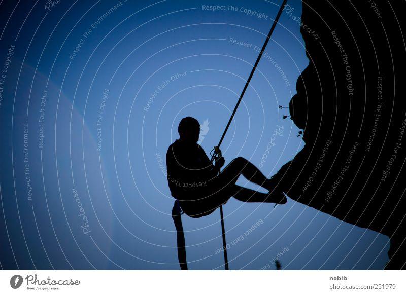 Abstieg Freizeit & Hobby Abenteuer Berge u. Gebirge Klettern Bergsteigen Seil maskulin Erwachsene 1 Mensch Himmel Felsen hängen dunkel natürlich sportlich blau