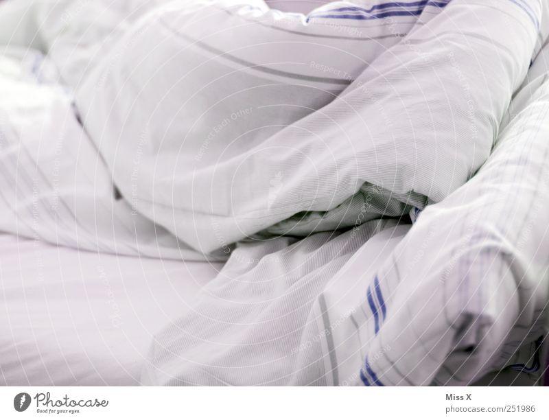 grau weiß schlafen Bett Bettwäsche Decke gestreift zudecken