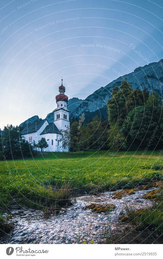 die kirche im dorf... schön Landschaft Berge u. Gebirge Religion & Glaube Wiese Park Kirche Schönes Wetter Alpen Frieden Dorf Christliches Kreuz Bach