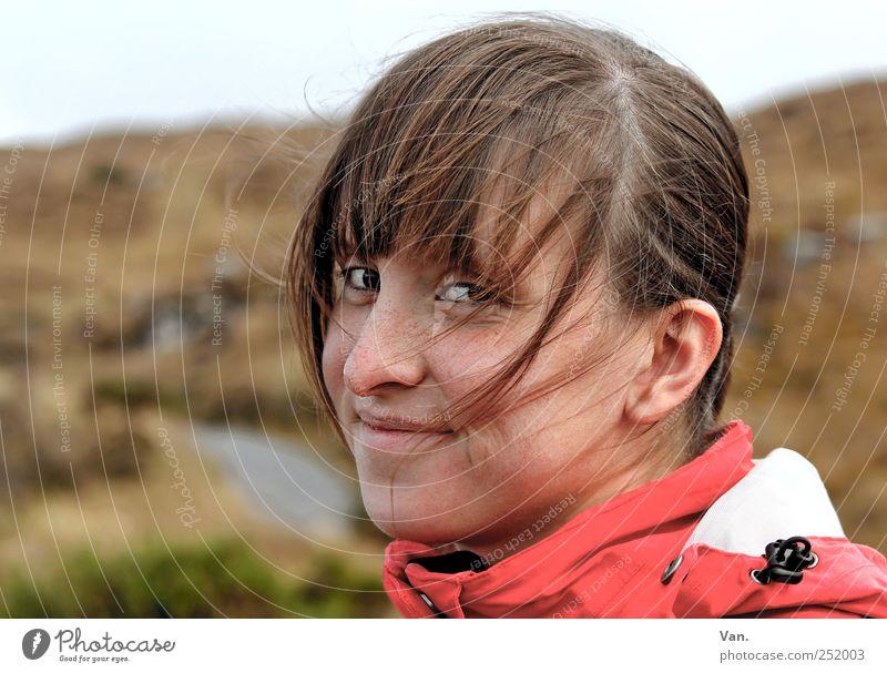 Sturmfrisur Ferien & Urlaub & Reisen Mensch feminin Junge Frau Jugendliche Erwachsene Kopf Gesicht 1 18-30 Jahre Wind Hügel Lächeln Verschmitzt Regenjacke