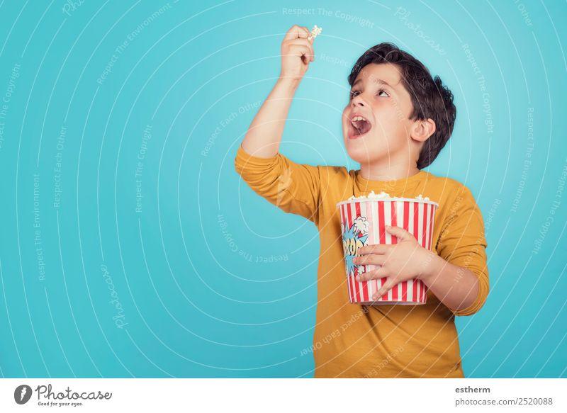 glücklicher Junge mit Popcorn Lebensmittel Essen Fastfood Lifestyle Freude Freizeit & Hobby Entertainment Mensch maskulin Kind Kindheit 1 8-13 Jahre Theater