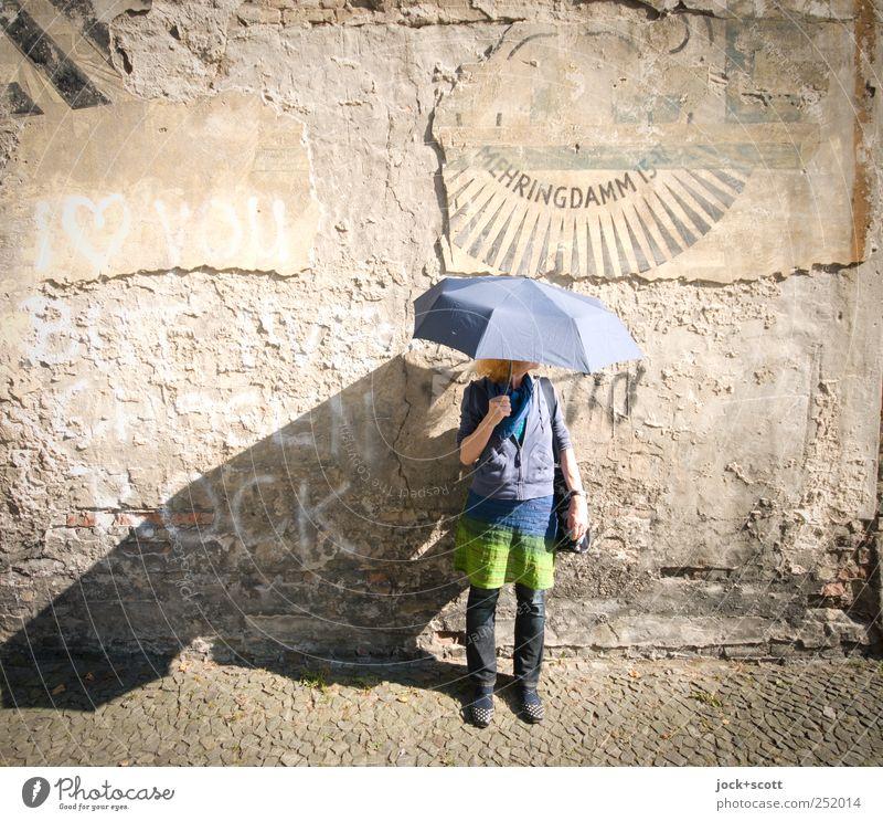 ihr Regenschirm ist wasserscheu Mensch Frau alt Freude Erwachsene Leben Wand Graffiti Stil Mauer Stein braun stehen 45-60 Jahre ästhetisch Schriftzeichen