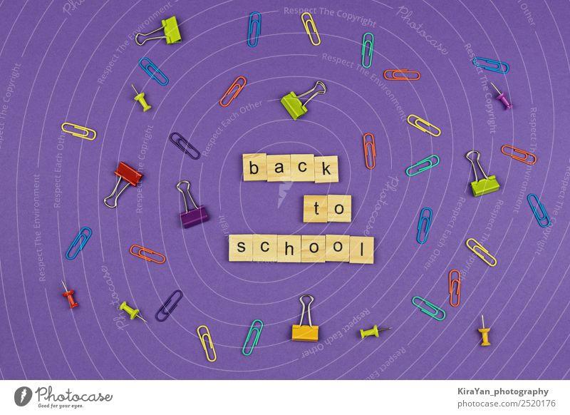 ZURÜCK ZUR SCHULE Text auf Holzbuchstaben auf violett Design Freizeit & Hobby Bildung Schule lernen Büro Herbst Accessoire Papier Schreibstift oben Kreativität