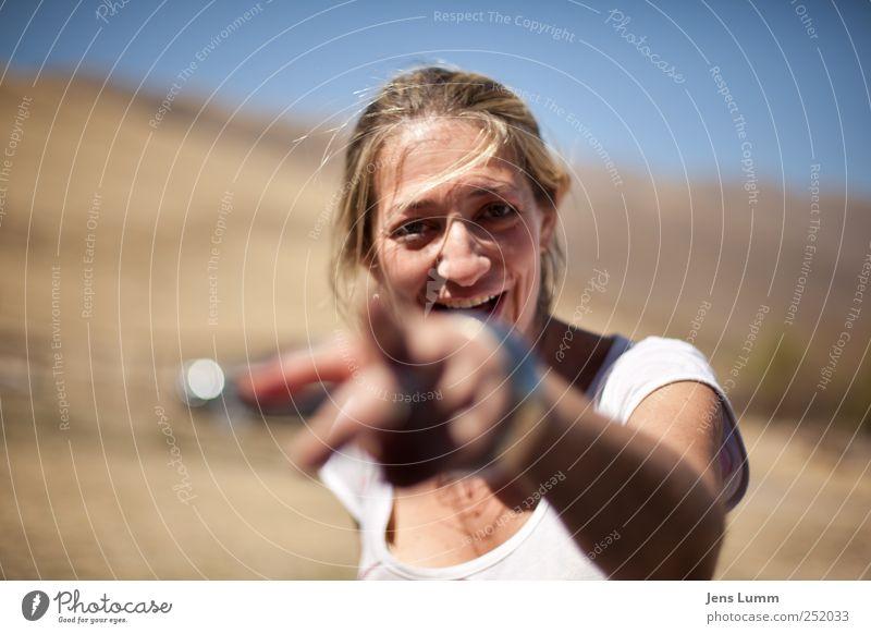 Don't you dare! feminin Junge Frau Jugendliche Erwachsene 1 Mensch 18-30 Jahre blau braun weiß Argentinien zeigen lachen drohen drohend blond Haare & Frisuren