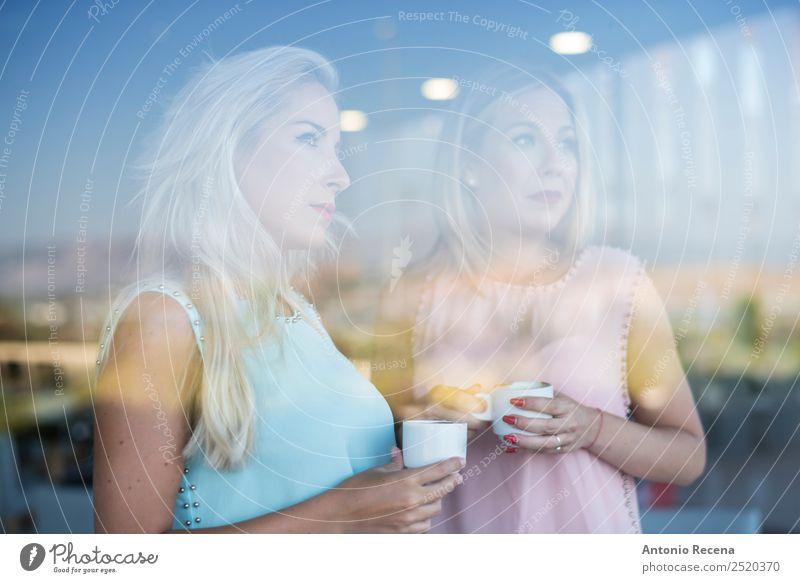 Spiegelung der Schwestern trinken Kaffee Lifestyle Glück schön Restaurant Frau Erwachsene Freundschaft Lächeln stehen Geschwisterkind Fenster Bar Glas zwei