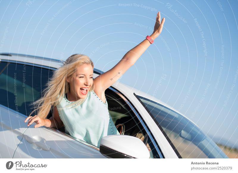 Fredom auf dem Geländewagen Freude Ferien & Urlaub & Reisen Freiheit Feste & Feiern Mensch Frau Erwachsene 1 18-30 Jahre Jugendliche Verkehr Fahrzeug PKW blond