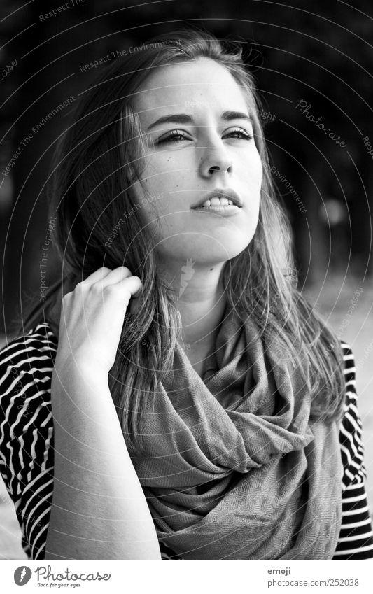 zweifelnd feminin Junge Frau Jugendliche 1 Mensch 18-30 Jahre Erwachsene schön zusammengekniffen Zweifel Schwarzweißfoto Außenaufnahme Tag