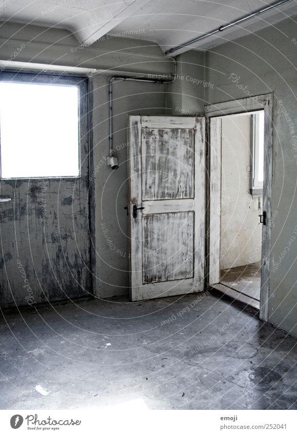 geschlossen.offen. Haus Wand grau Mauer Tür offen trist Fabrik Eingang Industrieanlage