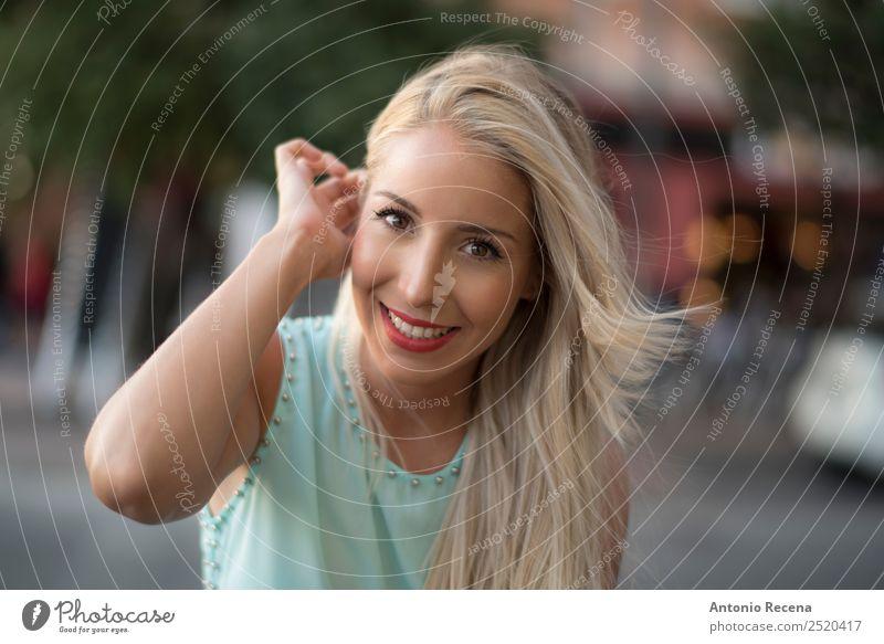 Sie mag dich Lifestyle Glück schön Mensch Frau Erwachsene 1 18-30 Jahre Jugendliche blond berühren Lächeln Erotik Apfel der Erkenntnis verführerisch attraktiv