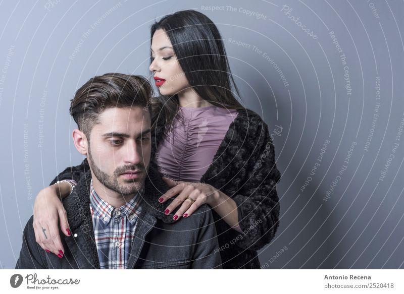 Kolonnenpaar Lifestyle Mensch Frau Erwachsene Mann Paar Mode brünett Liebe Erotik Zusammensein Stadt Partnerschaft jung 20s 20 Jahre alt hübsch gutaussehend